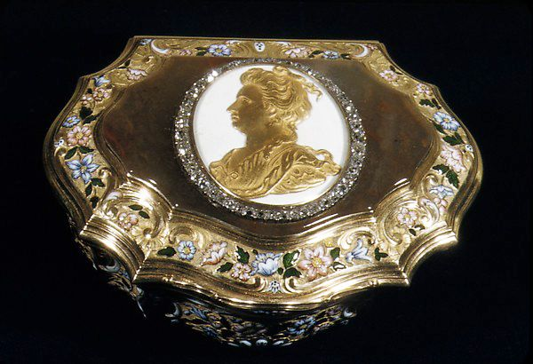 Cartouche Shaped Snuffbox Date: 1757?–?1758 Medium: Gold, enamel, agate, diamonds. Collection of The Metropolitan Museum of Art, NYC. This item not on view presently. No. 80.