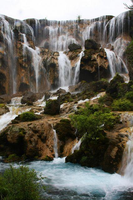 Tämä kiinalainen vesiputous on kieltämättä aika upea!  Jiuzhaigou Nature Reserve, Sichuan, China