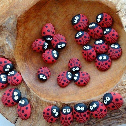 Steine bemalen kräftige Farben rot schwarz kleine süße Marienkäfer #bemaltesteine Steine bemalen kräftige Farben rot schwarz kleine süße Marienkäfer