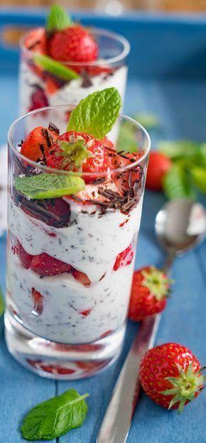 Joghurt-Frischkäse-Stracciatella mit Erdbeeren und Minze #creamcheeserecipes