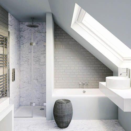 Ein schräges Badezimmer mit Dusche und Badewanne. Wer hat