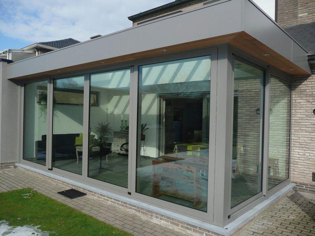 Moderne veranda met schuiframen en oversteek met ceder