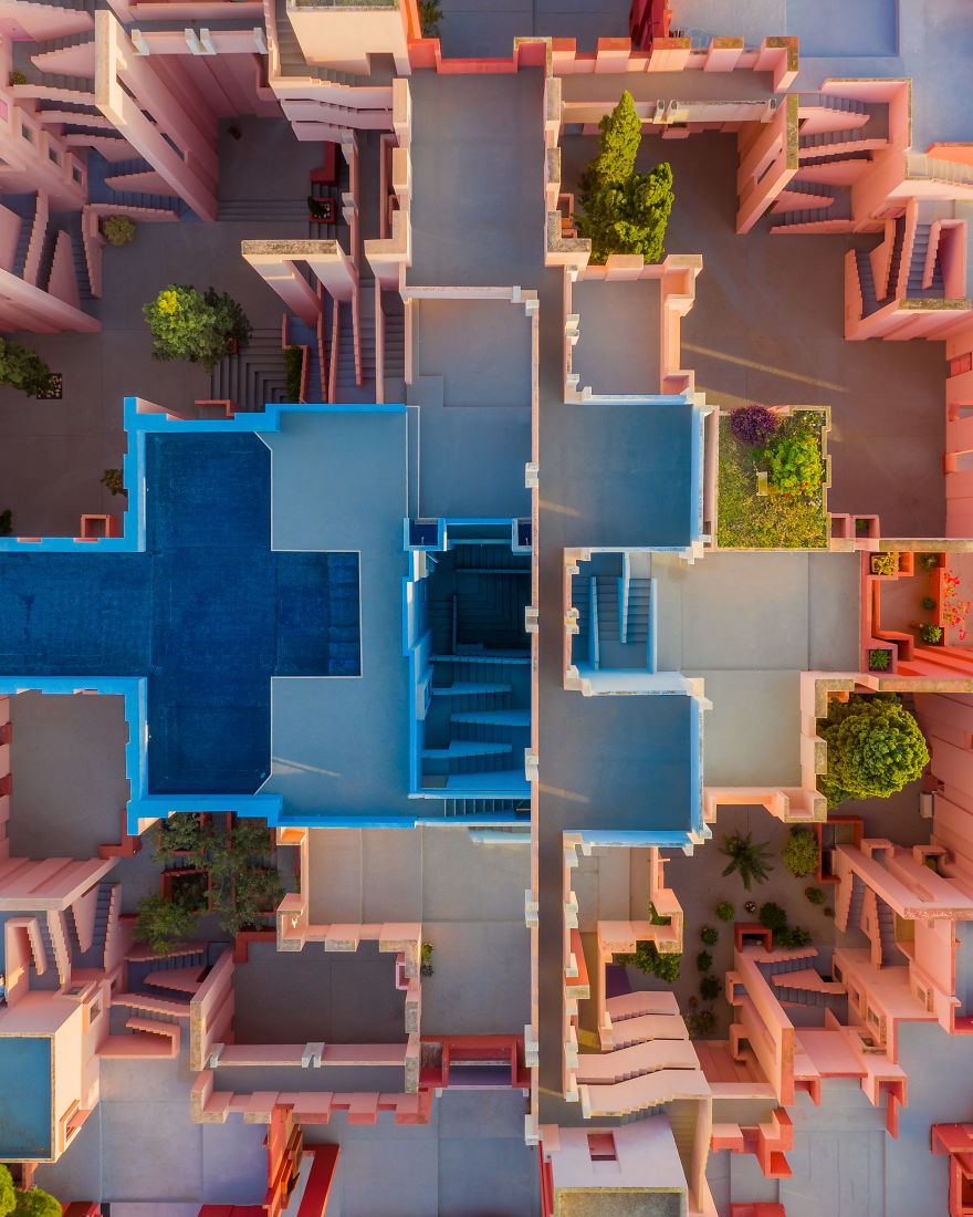 My 8 Images Prove That Ricardo Bofill S La Muralla Roja Is A Masterpiece Of Architecture And Aesthetics Architecture Red Walls Ricardo Bofill