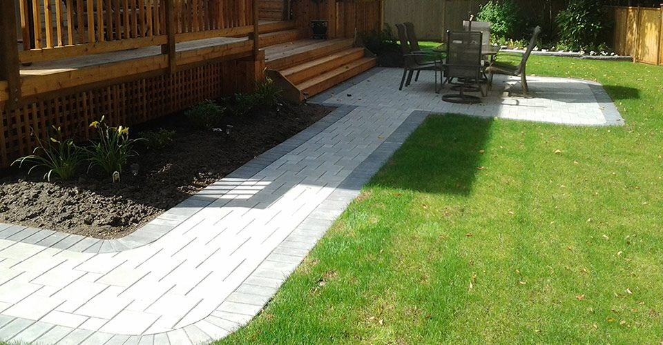 Bon A Small Paving Stone Walkway Leads From The Front Yard Through The Back Yard  To A