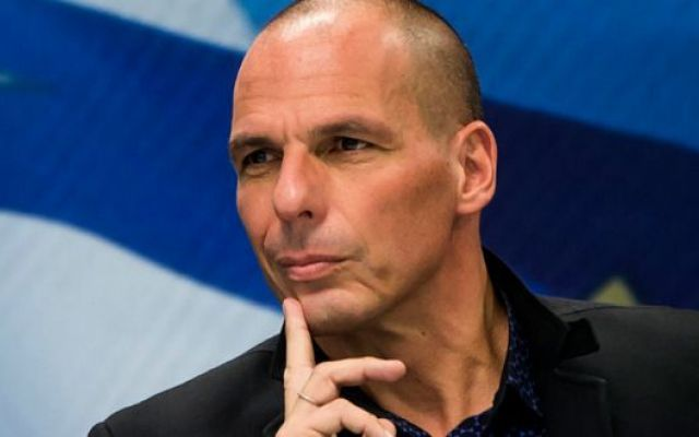 """Varoufakis duro con Renzi: """"Non ti sei liberato di me, ma della democrazia"""" """"Al contrario, partecipando a quel colpo vile contro Alexis Tsipras, vi siete liberati della democrazia greca"""", è la replica dell'ex ministro delle finanze ellenico al premier italiano che ieri alla  #varoufakis #renzi #grecia"""