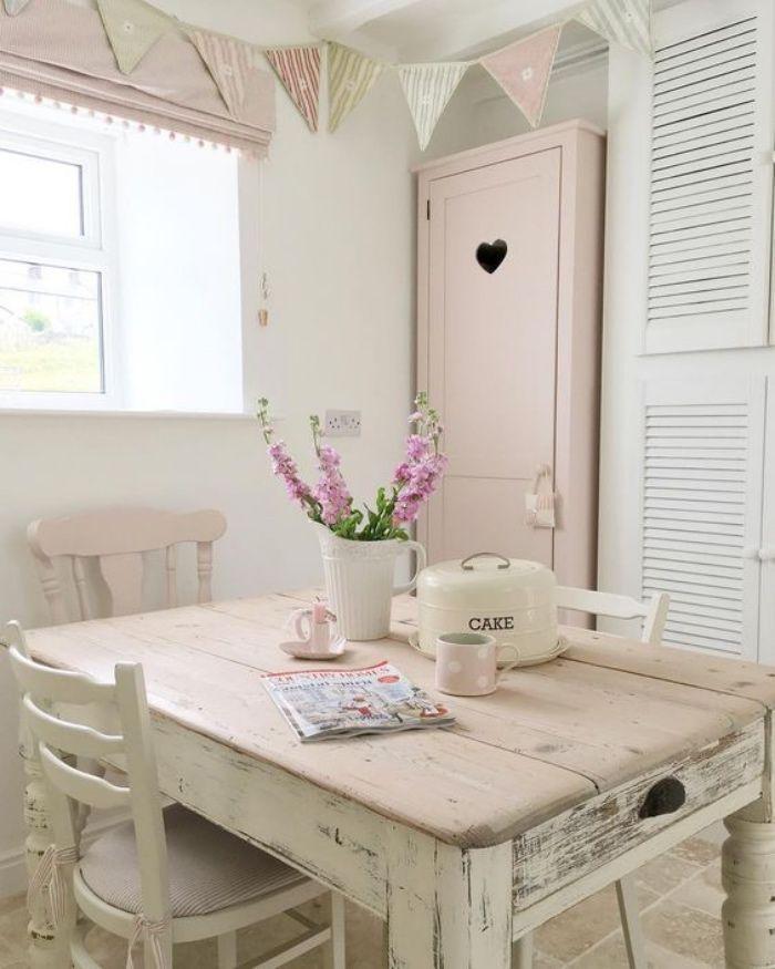 shabby chic decoration dans la cuisine, table en bois massif patiné