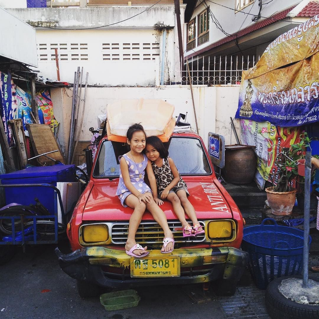 Friends hanging out in the street #friends #bangkok #thailand #streetscene #travel #blogger #travelwriter #photojournalism