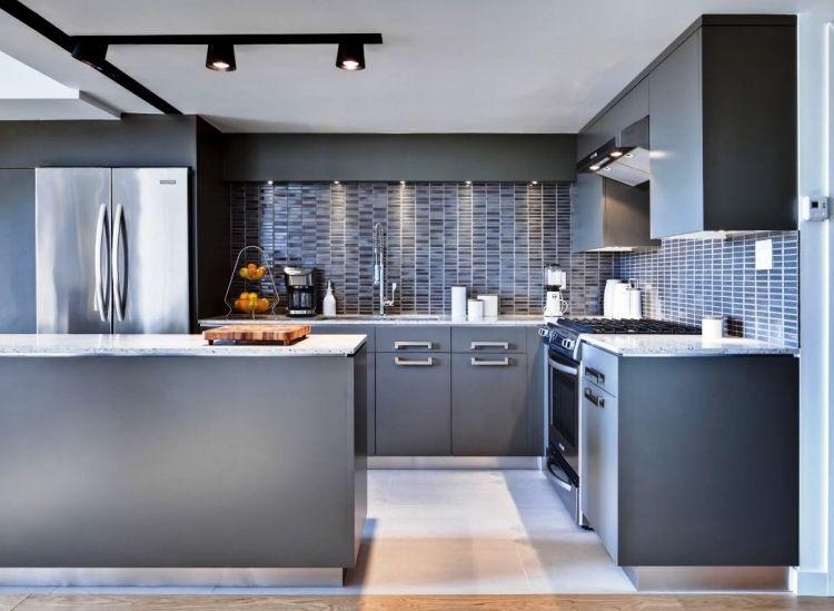 Küche in Grau mit kantigen Küchenschränken und Arbeitsplatte aus Granit