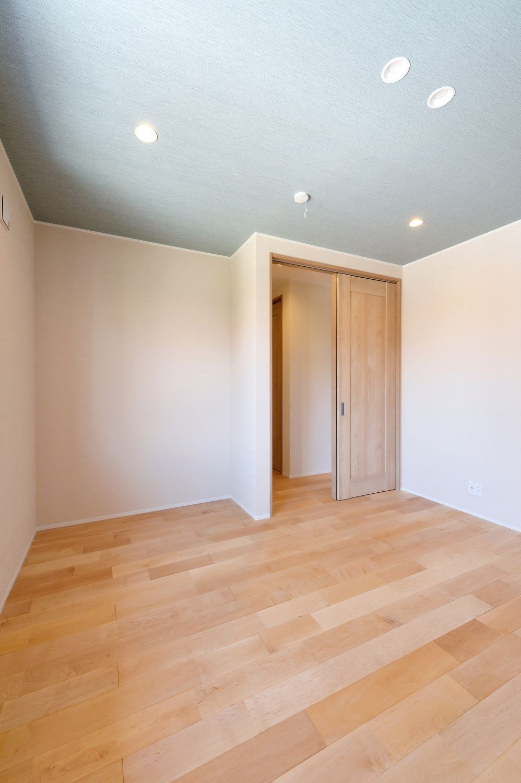 客人用の予備室 青みがかったグレーの天井壁紙は全体に品のある
