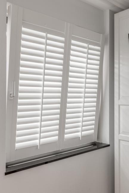 JASNO shutters op een draaikiepraam wit | Woonkamer | Pinterest ...