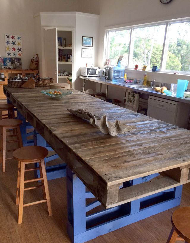 des formes gnreuses pour cet lot adapt une cuisine toute en longueur o lon peut manger et cuisiner nombreux plusieurs palettes sont ncessaires