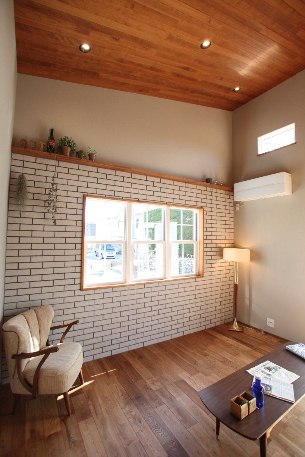 Opthome リビング アクセントタイル ディスプレイ棚 オーク無垢材 平屋 勾配天井 天井板張り 2020 自宅で リビング 家