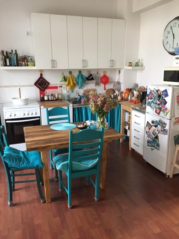 Küche mit Essbereich und blauen Stühlen #Küche #Einrichtung
