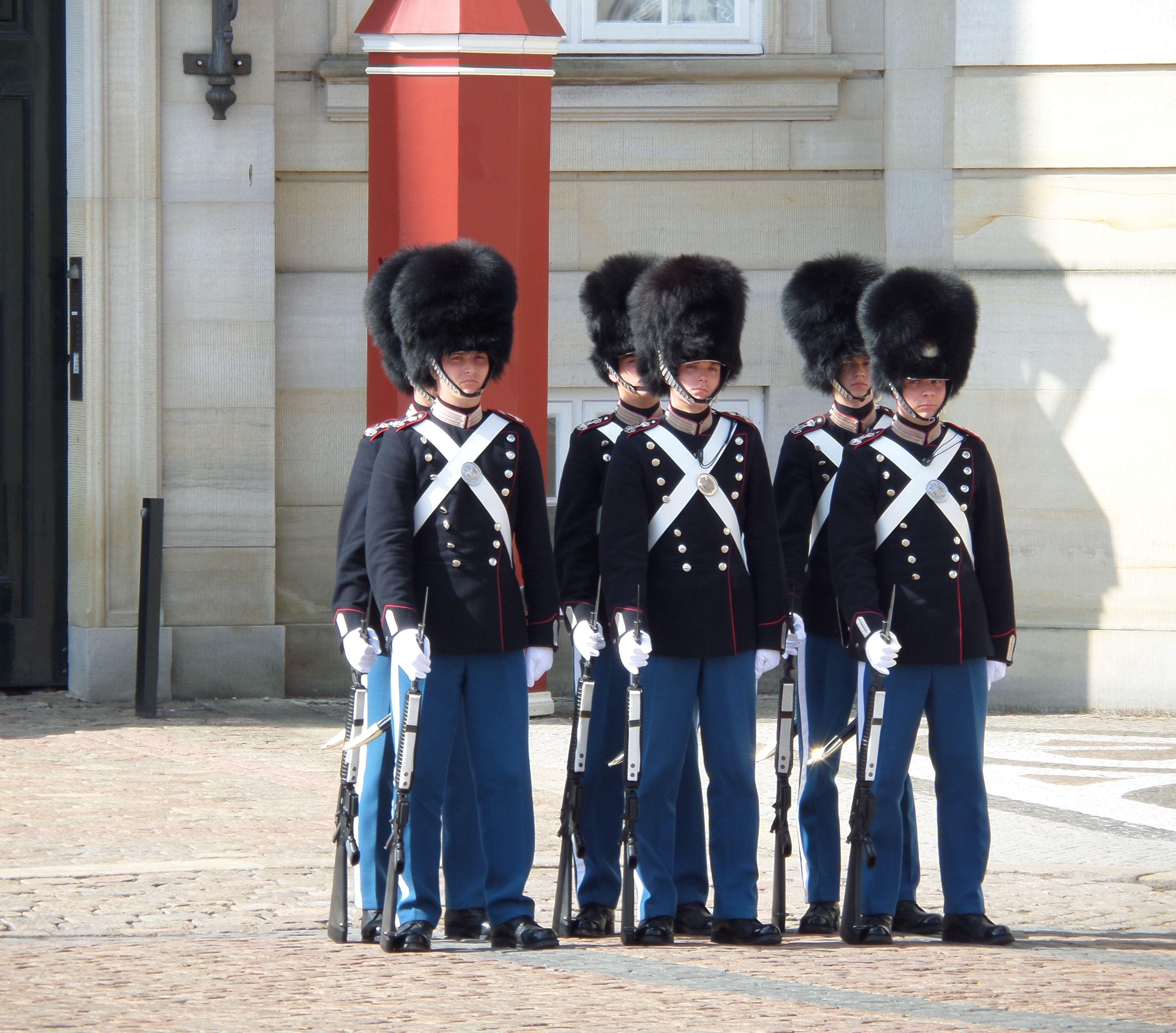 Wachen von schlo amalienborg im d nischen kopenhagen for Kopenhagen interessante orte