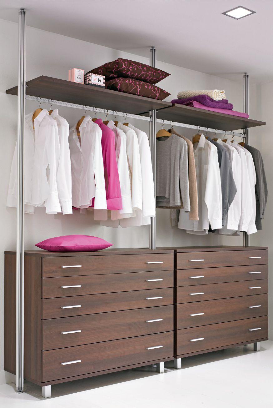 Offener Kleiderschrank mit Schubladen und Ablageböden ...