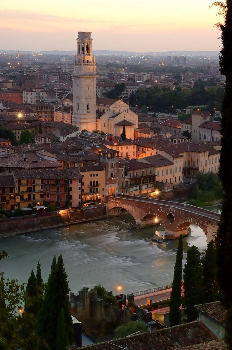 Ponte Pietra dall'alto. Verona - Itália