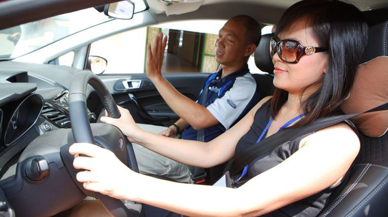 Rất nhiều tân sinh viên học lái xe ô tô trong mùa hè năm 2017