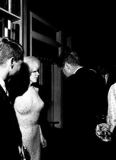 L'unica foto di John F. Kennedy e Marilyn Monroe insieme, pochi istanti dopo che lei gli ha cantato 'Happy Birthday'. 1962