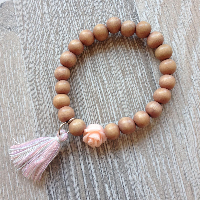 Armband van 8mm camel vintage hout, met peach roos en meerkleurig roze kwastje. Van JuudsBoetiek, €3,50. Te bestellen op www.juudsboetiek.nl.