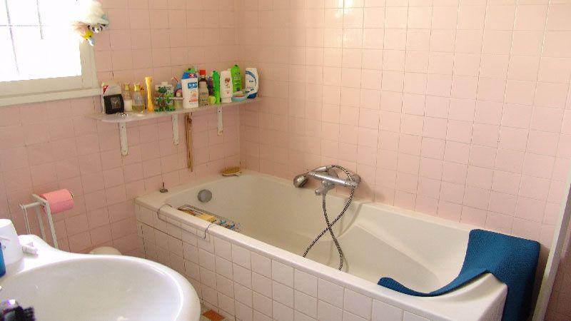 Relooker une salle de bain petit prix peinture salle - Volume d eau pour une douche ...