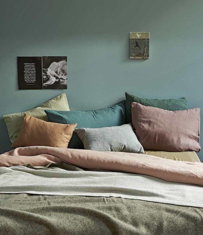 Elegant Décoration Chambre Adulte Vert Tirant Vers Le Gris, Coussins, Rouge, Vert,  Orange, Jaune Et Gris, Linge De Lit Gris