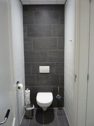 Achterwand tot boven betegeld met de donkere vloertegels for Toilet betegeld