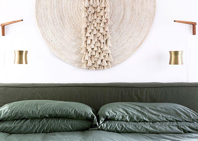DIY woven wall hanging    sarah sherman samuel Diy 2017 - tapices modernos