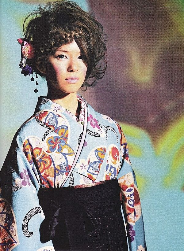 Love the black obi and hair style...