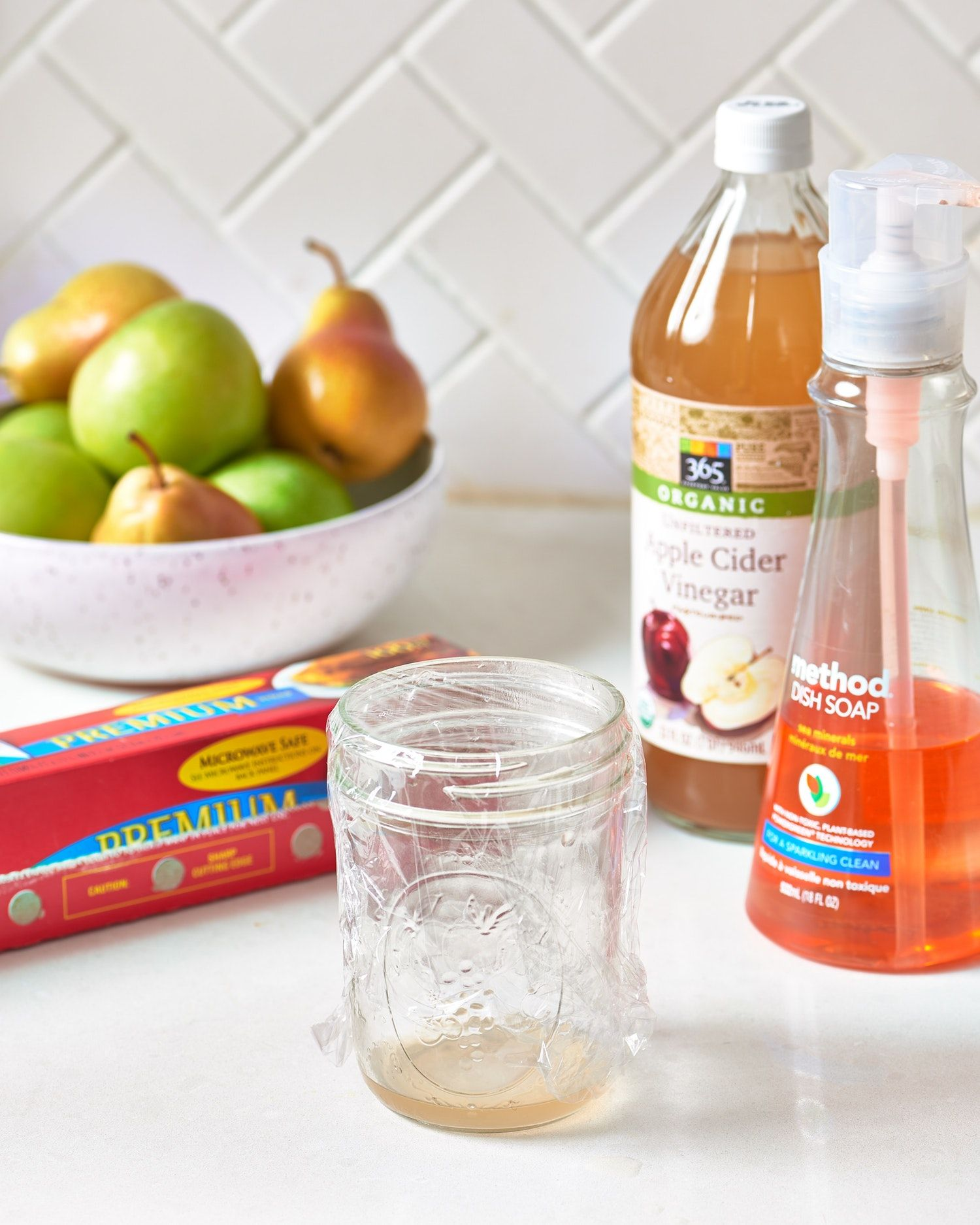 Why you should keep a cup of vinegar on your countertop home tips