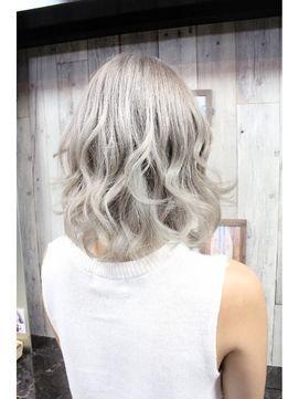 今キテる髪色 ホワイトアッシュ がかわいい ヘアスタイリング 髪