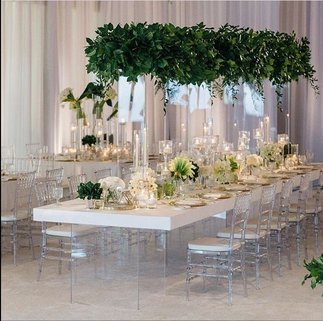 We crush over #bloomboxdesigns #tablescape with tall #transparentdecor
