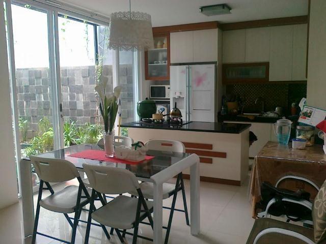 interior ruang makan dan dapur jadi satu terbuka minimalis