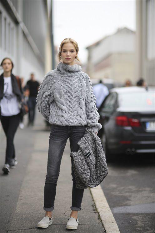 grauer Strickpullover, dunkelgraue enge Jeans, graue Slip-On Sneakers für Damen
