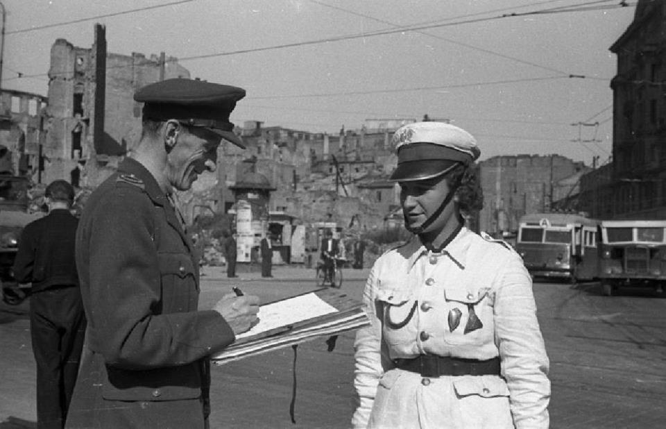 Marian Walentynowicz Szkicuje Milicjantke Leokadie Krajewska Fot 1947 R Zr Domena Publiczna People Polish People Captain Hat