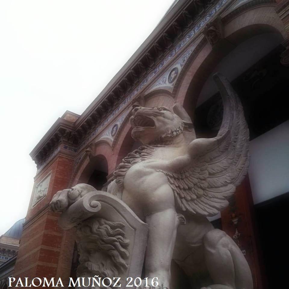 Escultura de grifo en el Palacio de Velázquez. Jardines del Retiro. Griffin, Palacio de Velázquez, El Retiro Gardens Madrid, Spain