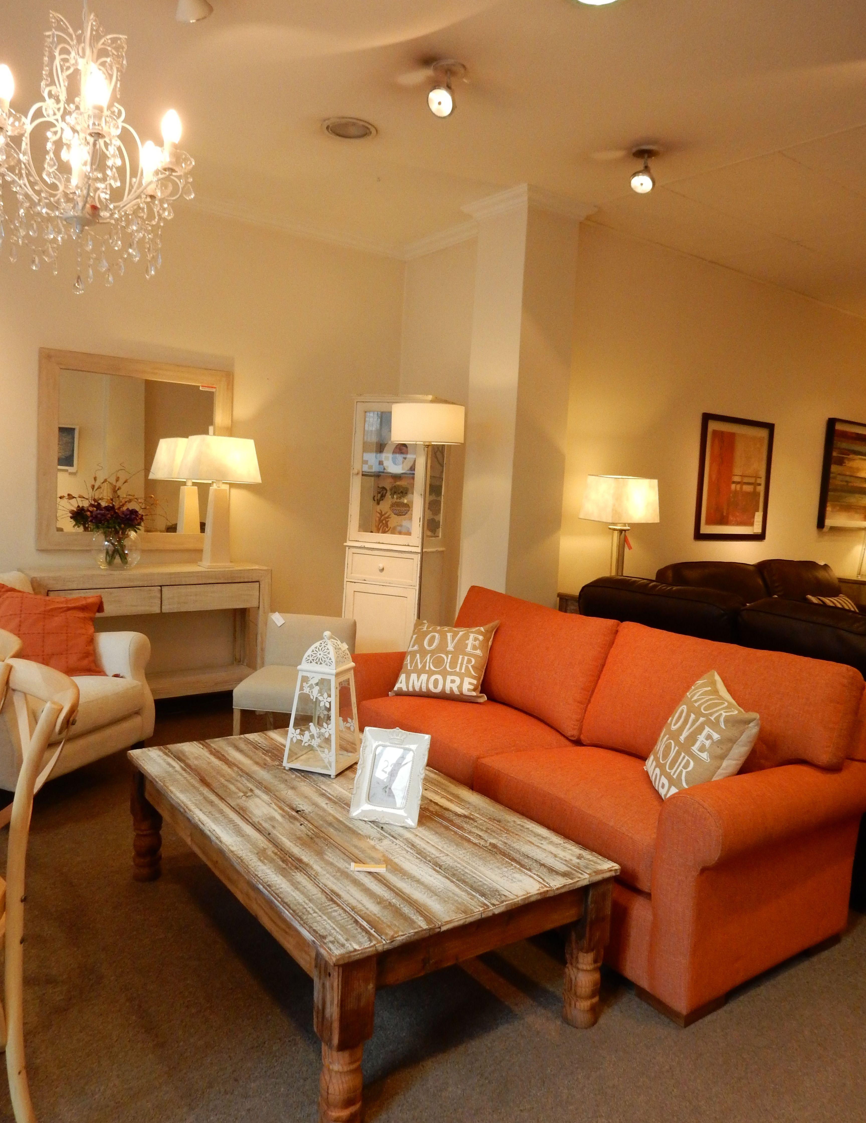 Sof battam en color anaranjado y mesa r stica de living - Patas para mesas ...