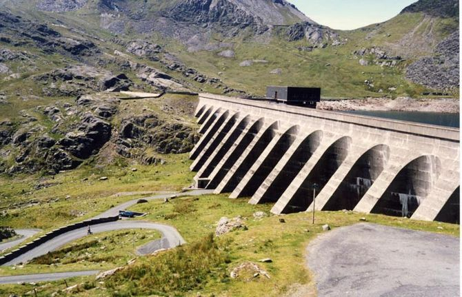 A pumped storage hydro-electric plant in Wales. It can generate 360MW of electricity within a minute of the need arising. But there are few new sites available for pumped hydro. (Photo credit: Wikipedia)