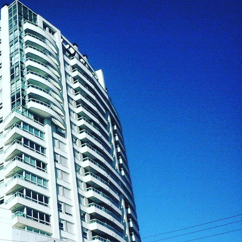 Arranha céu no céu azul de anil. #white #blue #blueandwhite #arquitetura #arquiteturacontemporanea #arquiteturaeurbanismo by evertonluiz___