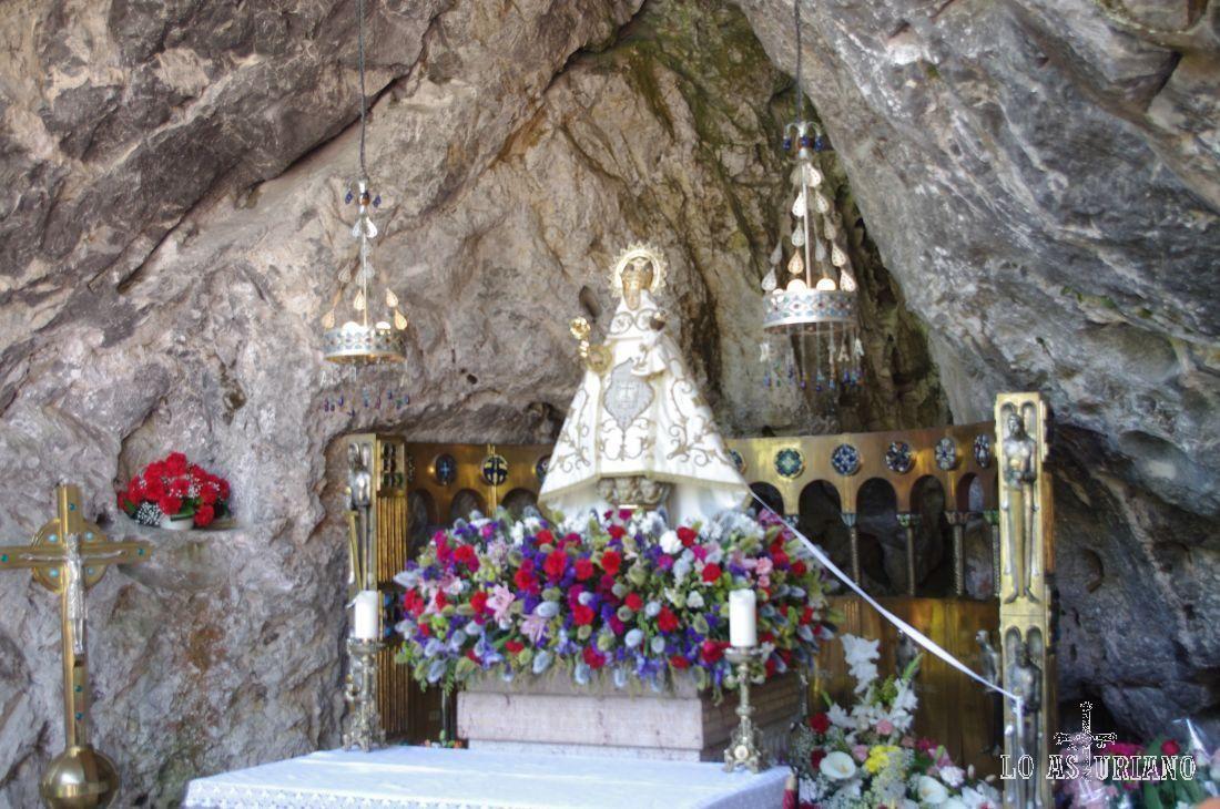 Iglesias De Asturias Covadonga La Patrona De Asturias Virgen De Covadonga Más Conocida Como La Santina 1415 Virgen De Covadonga Covadonga Foto Del Mundo