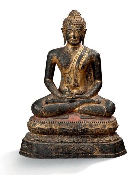Beau Bouddha en méditation assis sur le double lotus en padmasana les mains en dhyana mudra, la coiffe ornée de l'usnisha (manque la flamme). Inscription sur la base. Bronze à belles plages de dorure… - Aguttes - 07/06/2016