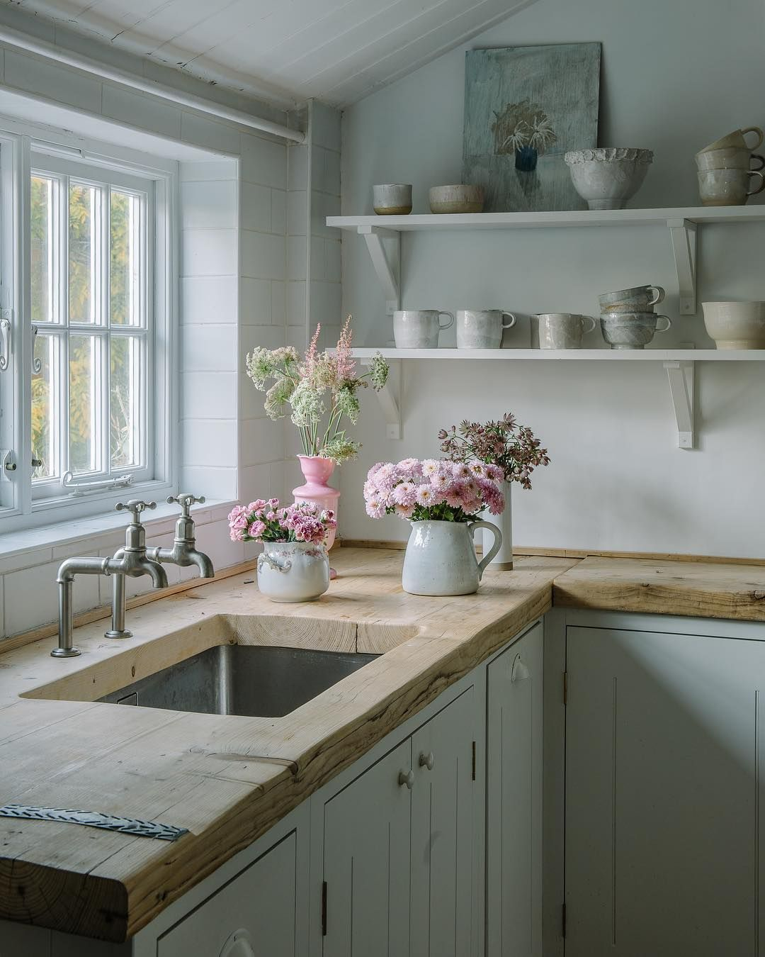 The most stunning, warm, cozy wood countertops in the adorable cottage of Amanda @mysimplehome. Can I please have these beautiful wood countertops in my kitchen ASAP? I enjoy this look so much more than butcher block. #cantaps