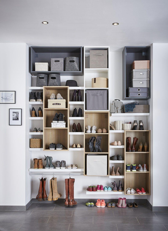 Un Mur De Rangement à Chaussures Dans Le Dressing