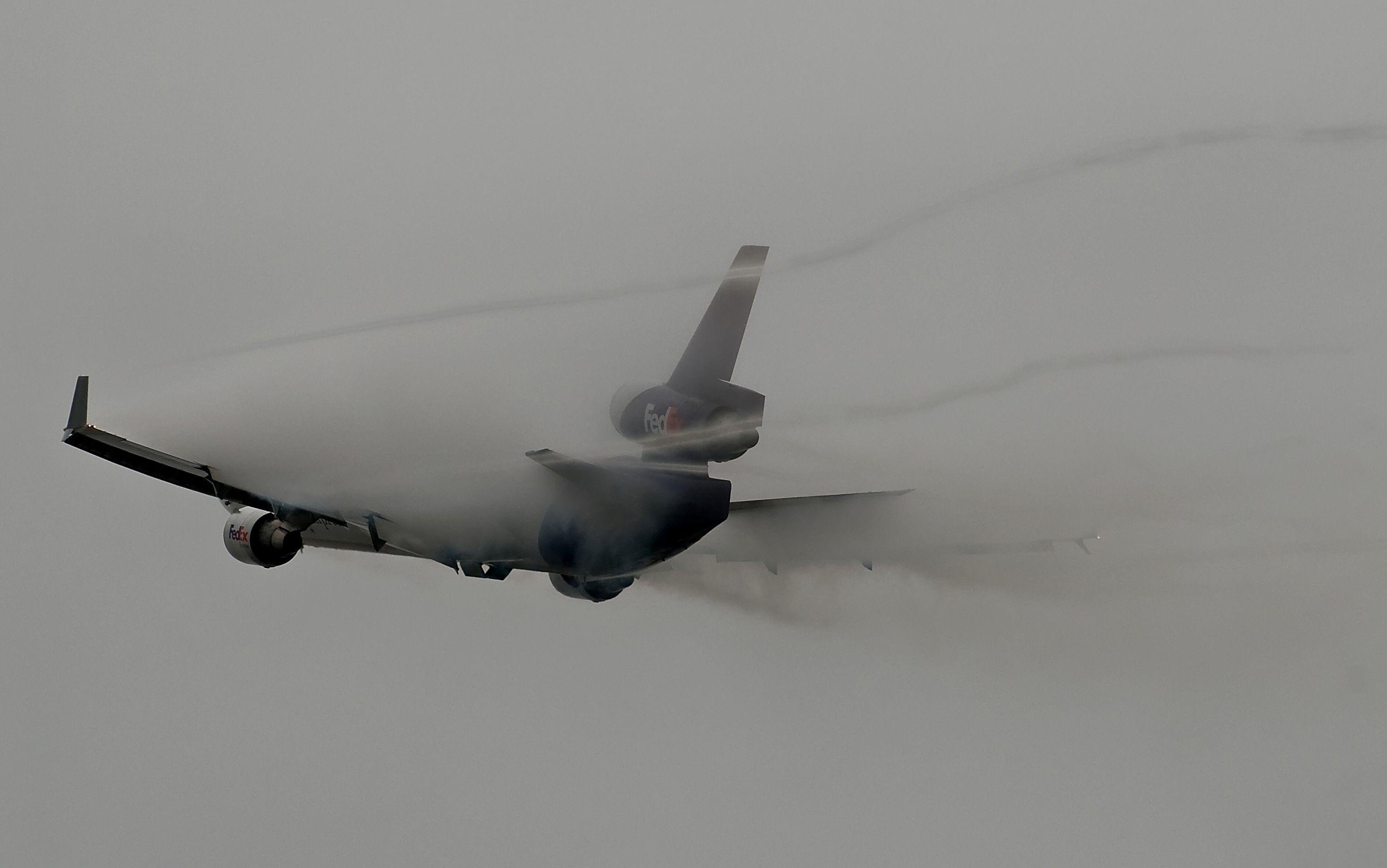 FedEx jet creating vapor on take off Jet, Vapor, Aircraft