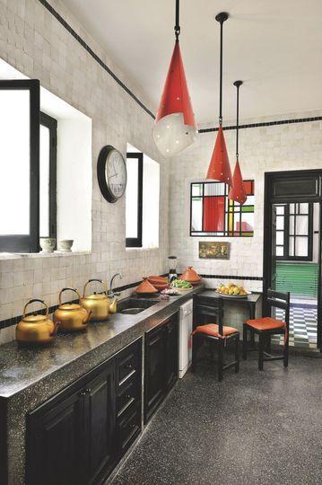 la cuisine contemporaine en carreaux de fa ence et zelliges de f s plus de photos sur c t. Black Bedroom Furniture Sets. Home Design Ideas