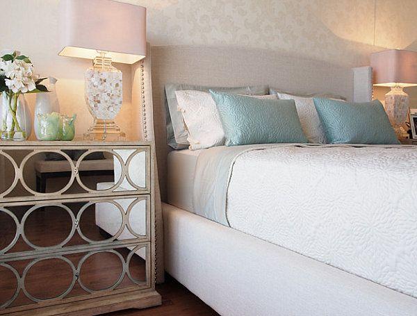 Schlafzimmer mit Spiegel-Kommode als Nachttisch, rosa Lampe und - schlafzimmer kommode mit spiegel
