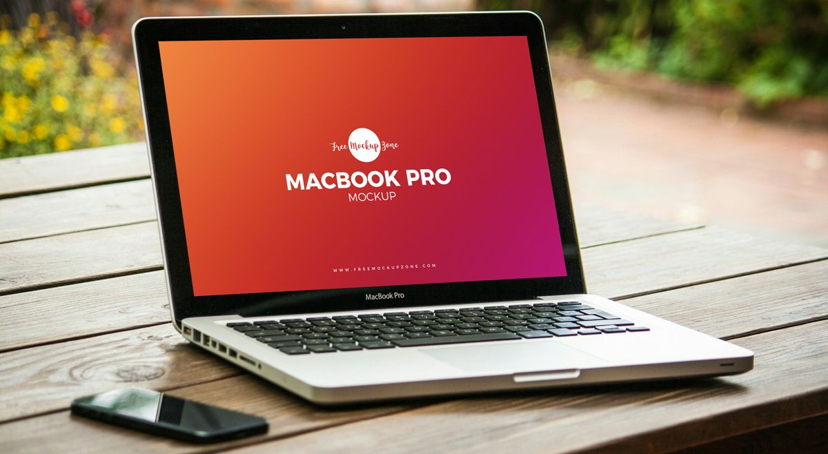 Free Macbook Pro On Wooden Table Mockup Psd Com Imagens