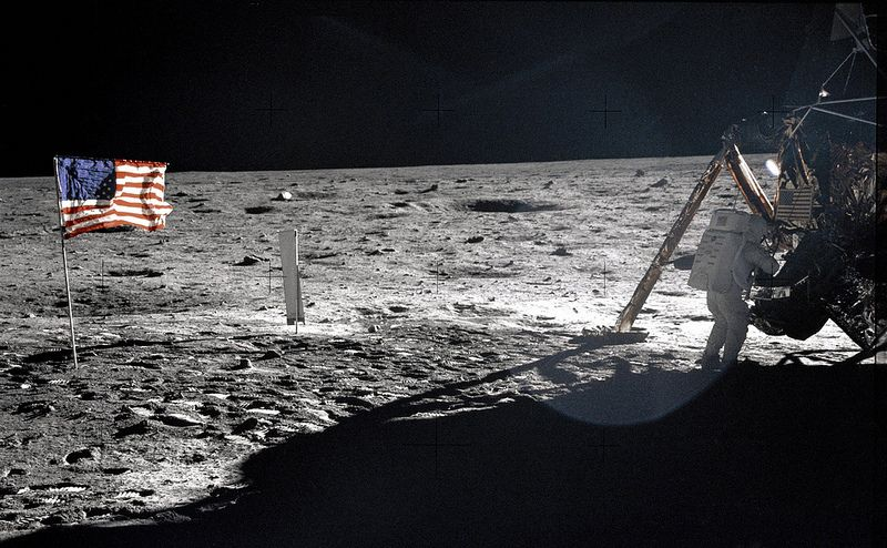 neil armstrong on the moon - 800×494