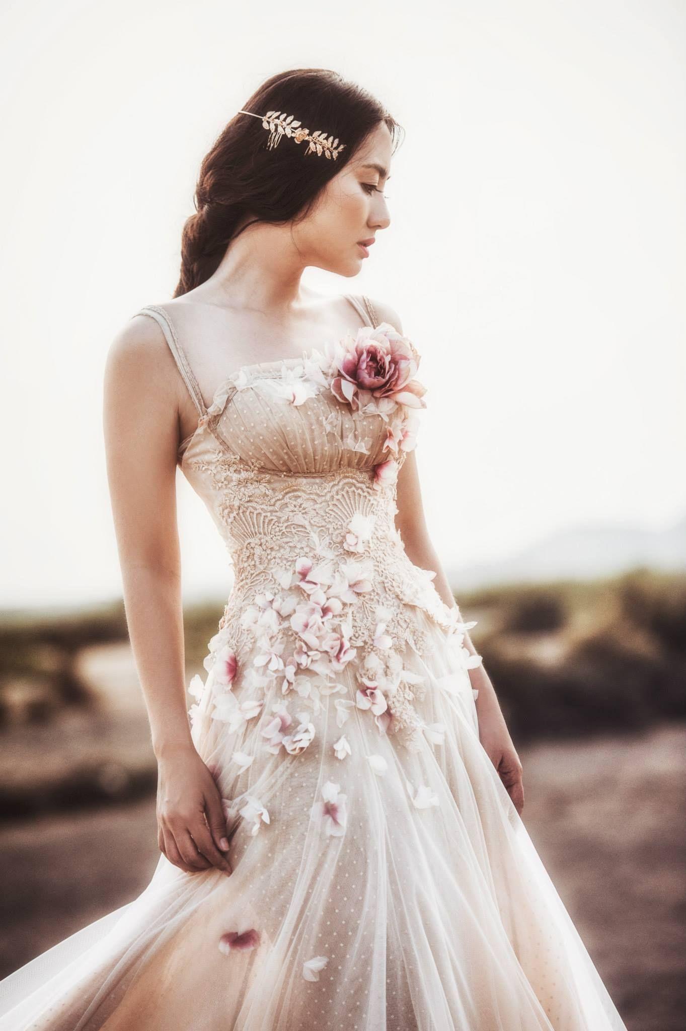 Thả hồn vào thiên nhiên, bên cạnh đàn cừu xinh xắn, đáng yêu trên vùng đất khô cằn ở Phan Rang. Nữ diễn viên diện bộ váy bồng bềnh, lãng mạn. Ở tuổi 30, Ngọc Lan vẫn luôn làm say đắm lòng người bởi nụ cười trẻ thơ.  stylist #NguyenThienKhiem photo #QuocHuy makeup #TriTran cosume #JoliPoli  www.24h.com.vn/phim/ngoc-lan-lam-say-dam-long-nguoi-voi-nu-cuoi-tre-tho-c74a714869.html