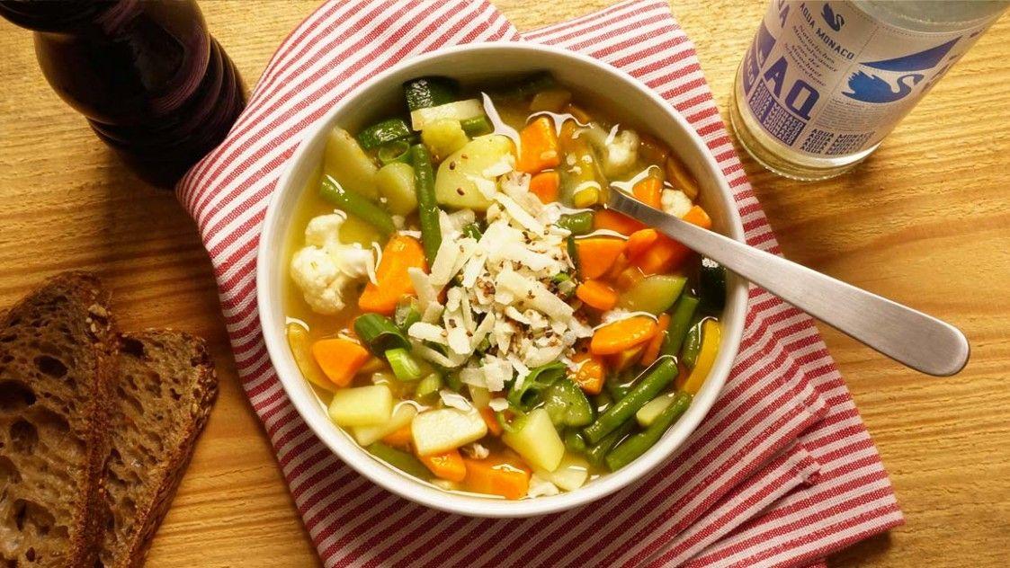Gemüsesuppe mit Parmesan! München ist bunt. Wir haben die bunte Suppe. Auf ins Farb- und Geschmacksgetümmel.