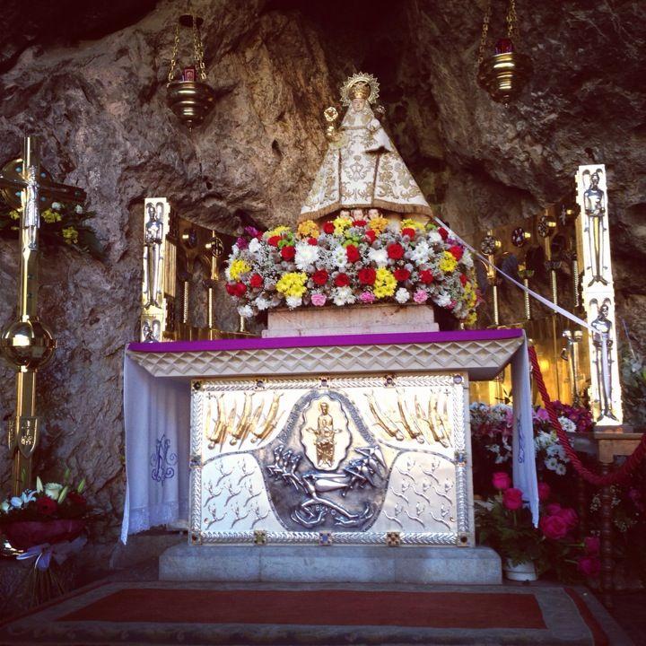 Santa Cueva De Covadonga Covadonga Manto De La Virgen Cuevas